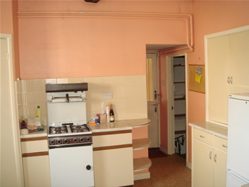 Old, dated kitchen with stand-alone cooker